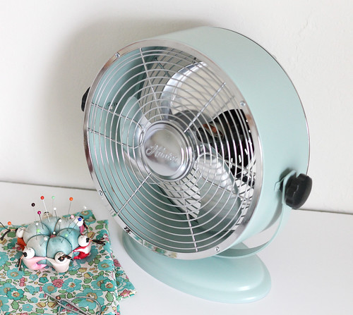 Vitamini handmade customize a metal fan with spray paint