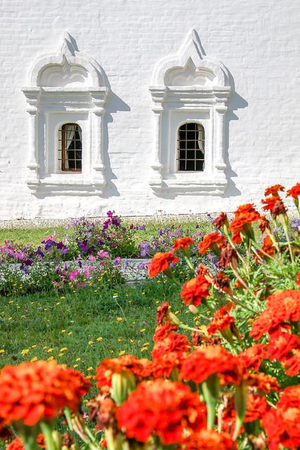Lovely garden in Kremlin, Suzdal スズダリ、クレムリンの府主教宮殿の窓