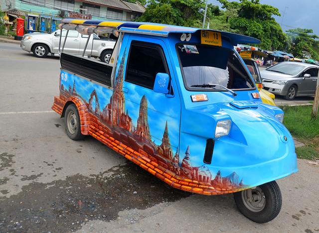 Nuestro tuktuk, chulísimo con vinilos de los templos de Wat Ratchaburana
