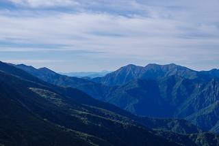 朝日岳と谷川岳の間に富士山が見える!