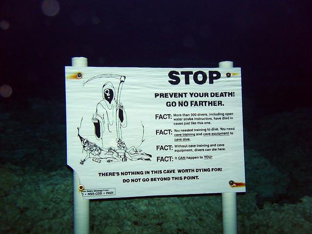 A partir de éste cartel, ... donde se funde el agua salada y la dulce empieza un circuido de cavernas y estalactitas peligroso ... advertido con un cartel tan tétrico como éste.