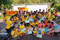 藝人陳建寧、巴奈與大家一起打勾勾不要核電廠。照片提供:地球公民基金會。