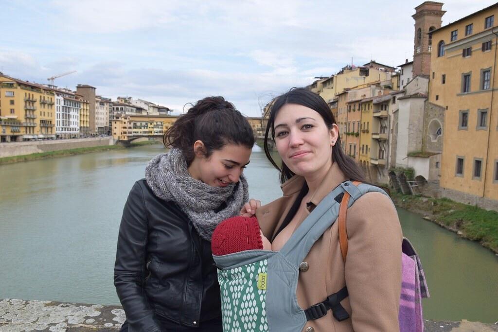 Dando de comer a Eva en pleno paseo por Florencia.