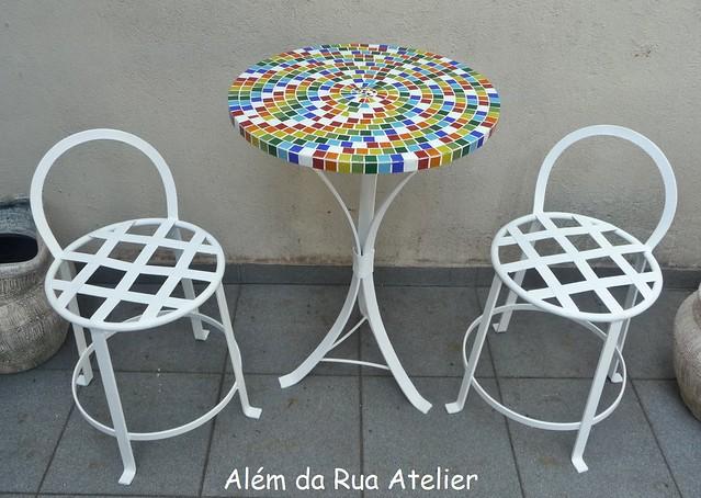 Mesa de mosaico e bancos de ferro flickr photo sharing for Mesas de mosaico