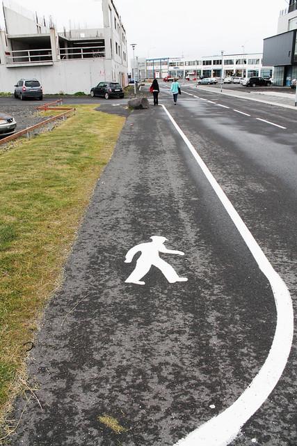 El guardia civil con el tricornio (Calles del puerto de Reykjavik)