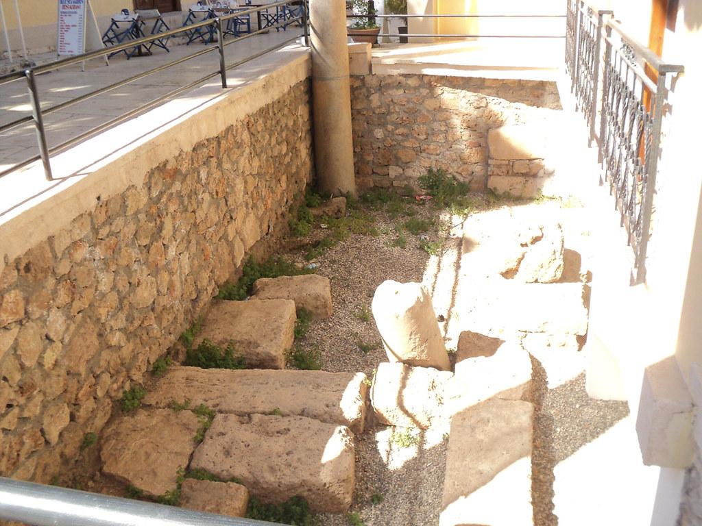 Старые дома благополучно соседствуют с древними камнями. У кого-то вместо дворика - античные колонны.