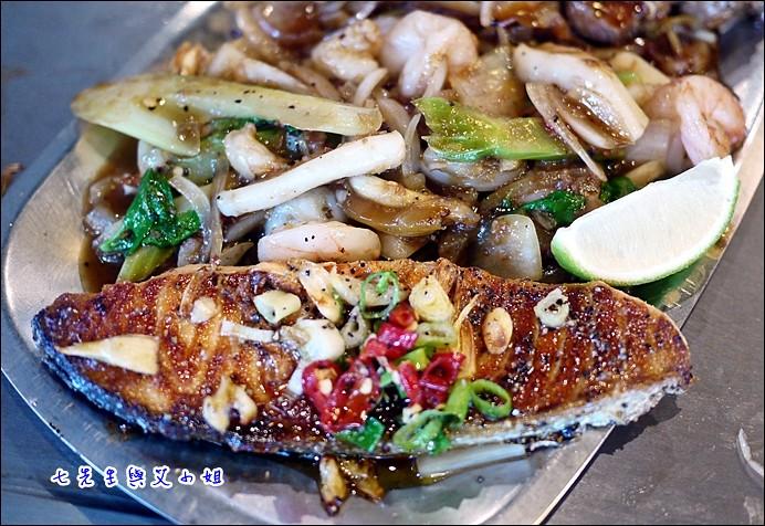 9 鮭魚與蝦仁、蟹腳、花枝