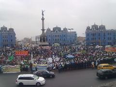Policia cerca Plaza Dos de Mayo. 12 de Julio. by carlos mejia a.