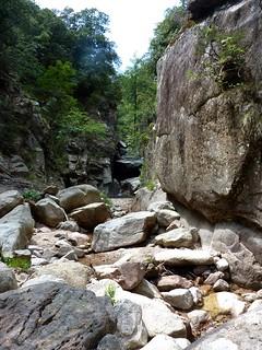 Remontée de la Frassiccia : le boyau rocheux à contourner vers 790m