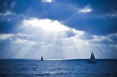 [フリー画像素材] 自然風景, 雲, 海, ヨット, 薄明光線, 青色・ブルー ID:201207271600