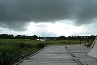 Rahseglertreffen Vorbereitungen - Bedrohliche Wolken über Haithabu - Aufnahme von der Landebrücke unten am Hafen aus - Museumsfreifläche Wikinger Museum Haithabu WHH 12-07-2012