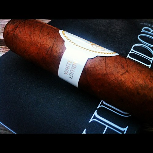 Let's smoke a @davidoff_cigars 2012 White Edition