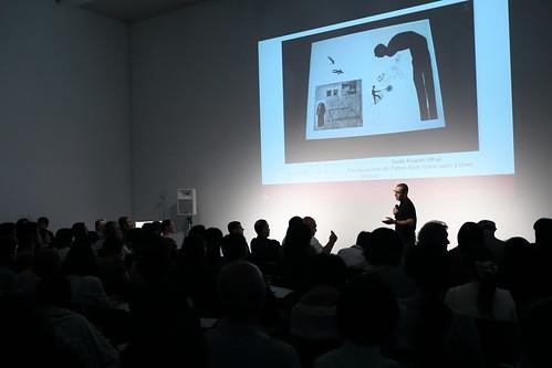 スライドを使って作品を解説するサーディク・クワイシュ・アル・フラージー