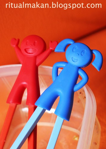 sumpit merah biru