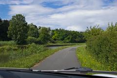 Petit chemin le long d'un canal