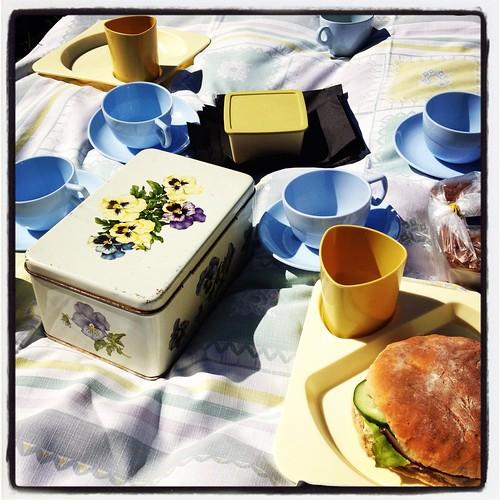 Picknick på bakluckeloppisen i Norrskedika