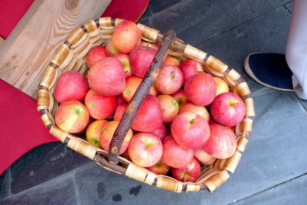 manzanas en cesta de castaño