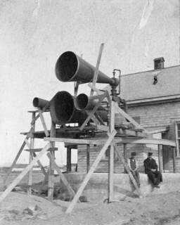 A fog alarm with experimental trumpets, Father Point, Quebec / Une alarme de brouillard avec des trompettes expérimentales à Pointe-au-Père, Québec