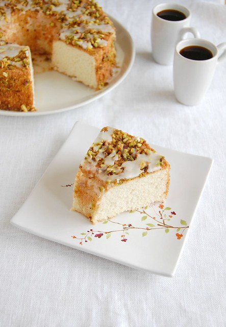 Lemon angel food cake with lemon glaze and pistachios / Bolo de claras e limão siciliano com calda de limão siciliano e pistache