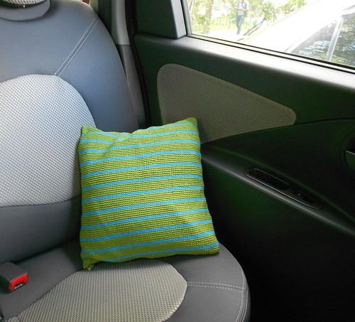 подушка зеленая полосатая в машине готова
