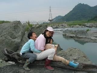 孟琬瑜和家人在大甲溪石岡段尋化石