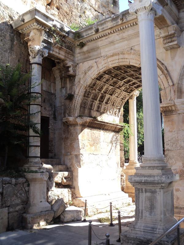 Ворота Адриана (Hadrian Kapısı). Возведены в качестве триумфальной арки в честь римского императора Адриана, посетившего Анталью в 130 г. н. э. Встроены в городскую стену. Материал - мрамор (кроме колонн), декор. отделка - каменная резьба