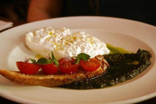 Burrata, crostini aux anchois, tomates cerise, sauce pesto