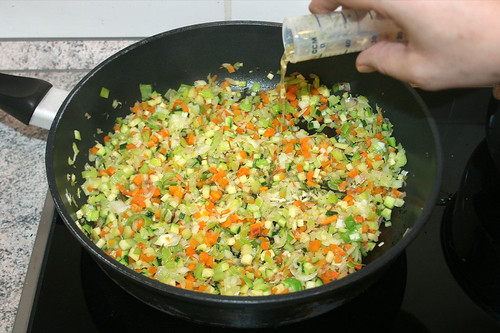 26 - Gemüsebrühe aufgießen / Add broth