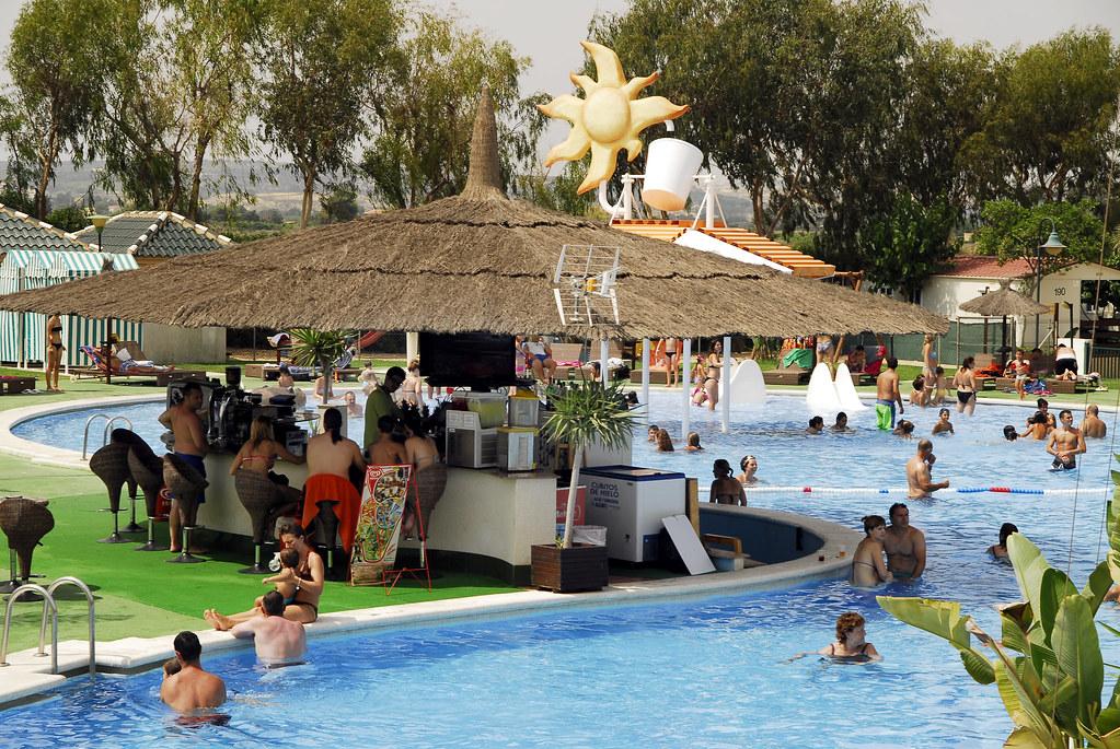 Bar de la piscina bar de la piscina con una barra que da for Camping en la rioja con piscina
