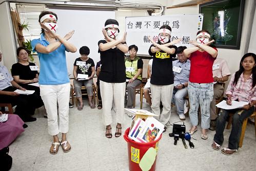 食管局修訂銫安全容許量,主婦聯盟等12個團體諷刺台灣成為輻銫廚餘桶。(攝影:楊萬雲)