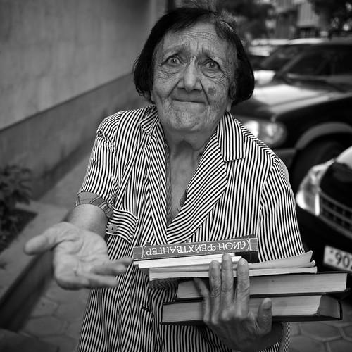 [フリー画像素材] 人物, 中年・高齢者, おばあちゃん・おばあさん, モノクロ, 本・ブック, アルメニア人 ID:201207310400