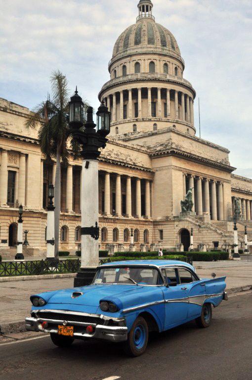 """Los populares coches antiguos llamados también """"almendrones"""" son habituales en el Capitolio. la habana - 7817163754 eafa32f05b o - La Habana vieja y un paseo por sus plazas"""