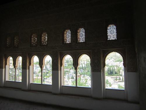 王宮の窓から外を見る by Poran111