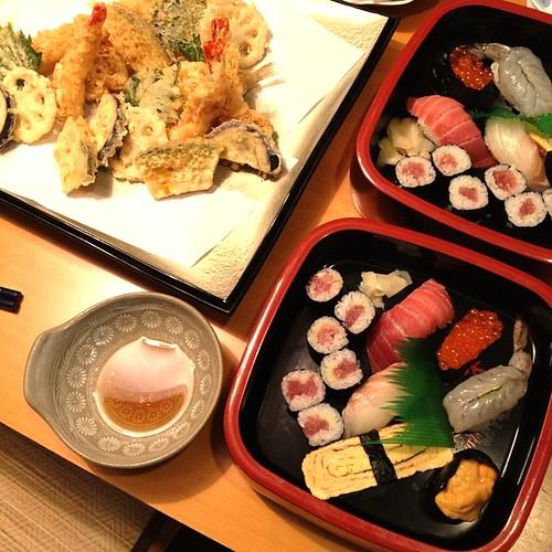 実家の近所のアカハネ寿司さんから取ったお寿司と天ぷら。