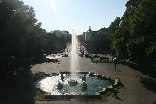 Delfinbrunnen & Blick in die Prinzregentenstraße