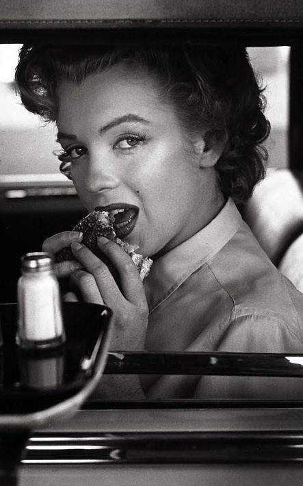 Marilyn Monroe eating a hamburger