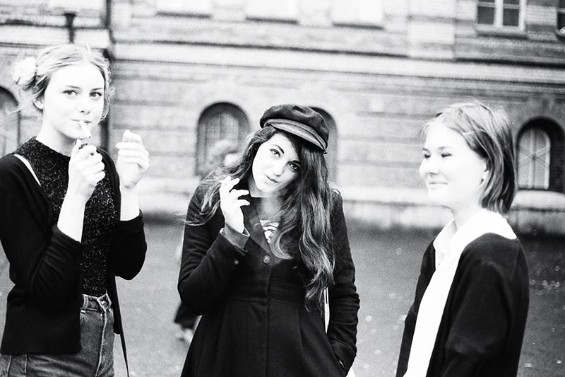 louise, nika och iris utanför skolan