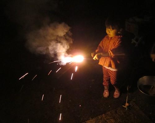 花火で遊ぶ孫娘 2012年8月13日 by Poran111