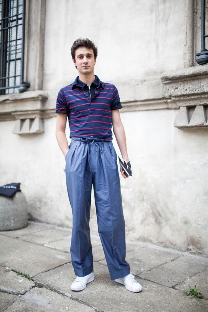 紺系ボーダーポロシャツ×黒ジップポロシャツ×グレイッシュブルーワイドタックパンツ×スタンスミス