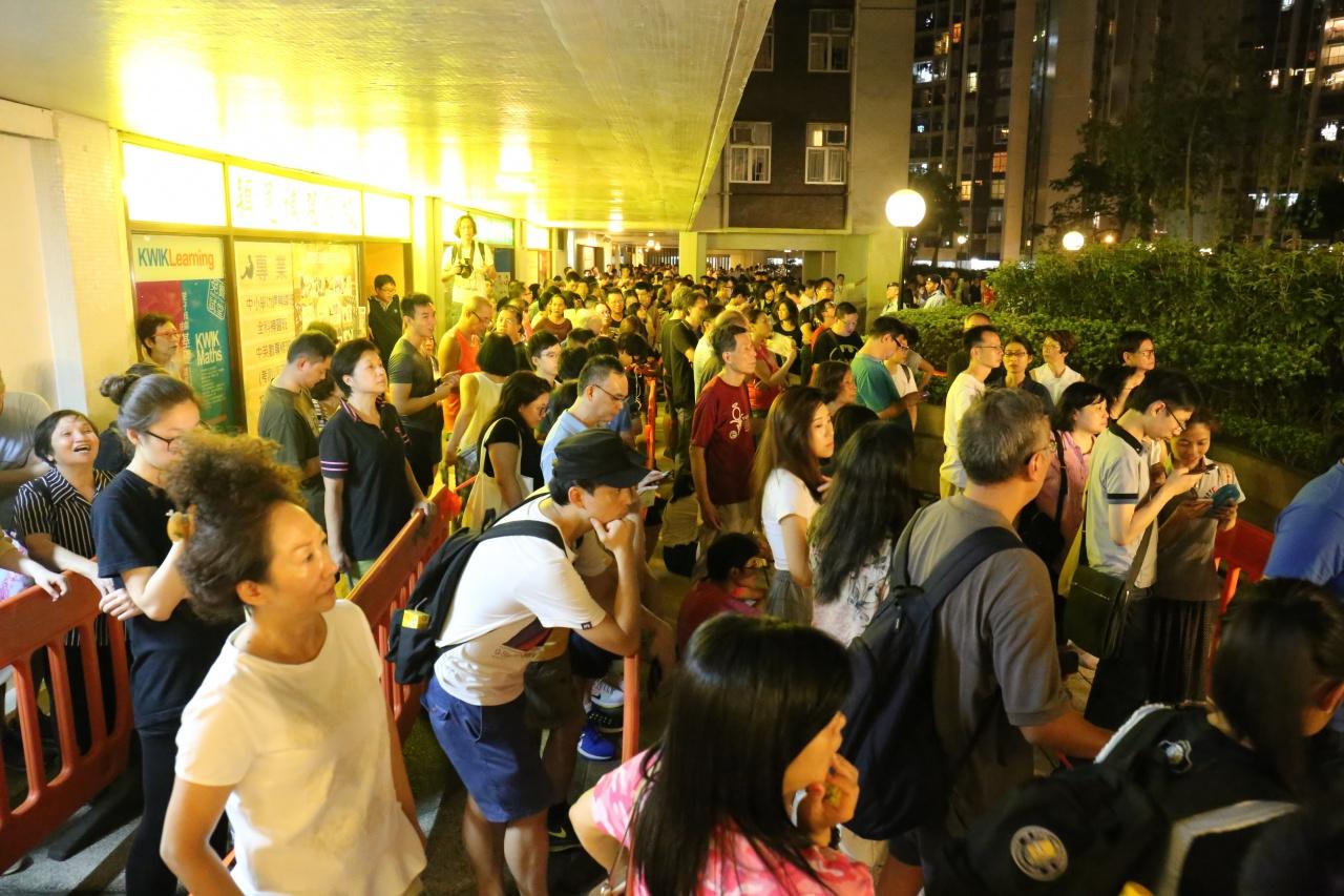 太古城票站晚上仍有逾千人排隊,但其實該票站有18%選票是投給葉劉淑儀,高過港島平均。(蔡正邦攝)