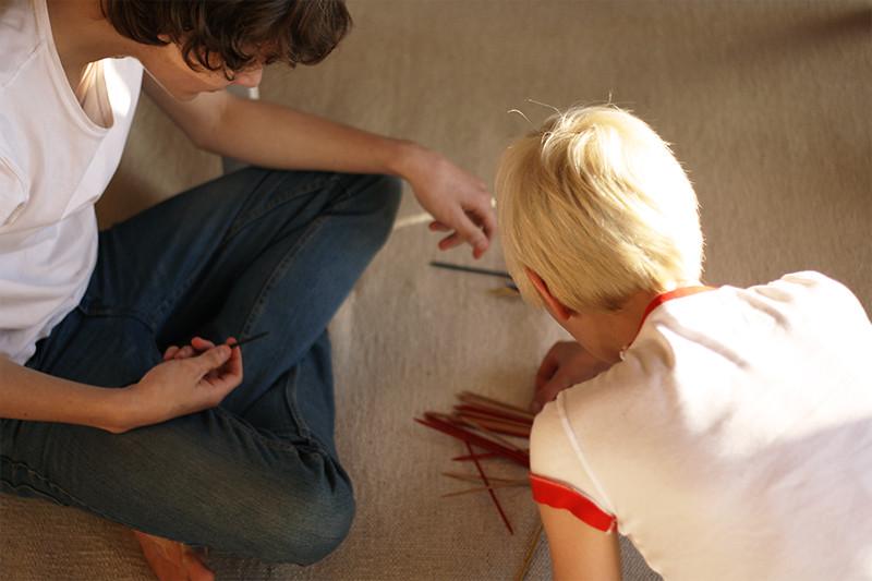 nathan och iris spelar plockepinn