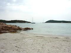 Bain sur une belle plage de sable blanc à Rondinara