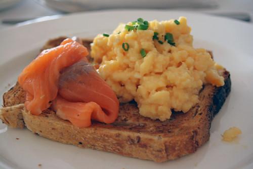 saumon fumé et scramble eggs