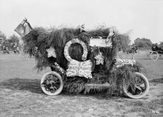 Floral auto in the Labour Day parade, Belleville, Ontario, 1913 / Automobile ornée de fleurs au défilé de la fête du Travail, Belleville, Ontario, 1913