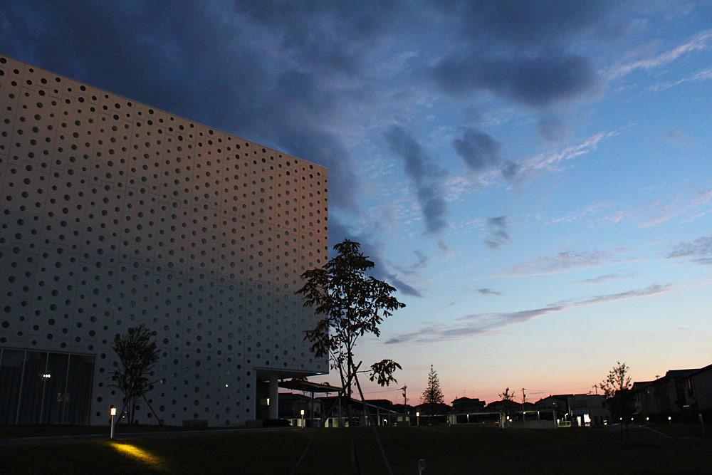 夕暮れの空と図書館