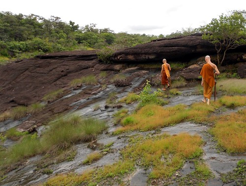 המארחים שלנו בדרך למערת המדיטציה