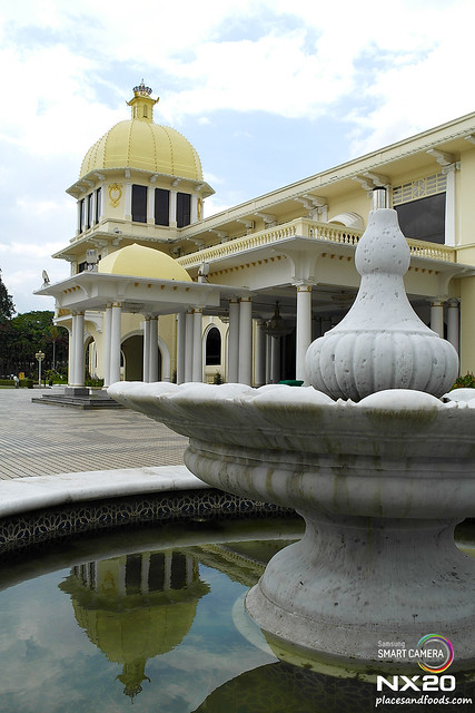 royal palace fountain reflection
