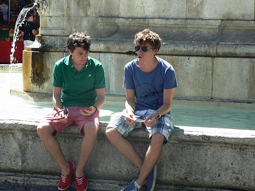 paul et Clem à la fontaine.jpg