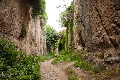 Llera del riu que accedeix al tunel de Tito i Vespasià