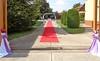 Wie im Märchen: roter Teppich und Hochzeitsdekorationen für das Brautpaar zur einer standesamtlichen Trauung im Heimathaus.